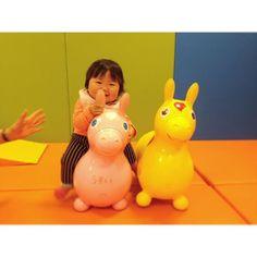 Instagram media miki06111011 - 独り立ちには 早すぎました。ぽてーん。ぽてーん。右に傾き遊び中。  #ig_kidsphoto #kids_japan #9ヶ月#ムスメ #ロディ