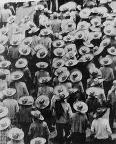 Tina Modotti - Marcha de campesinos rumbo al Zócalo (Peasants march toward the Zocalo), México, 1926. S)