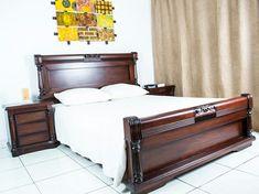 Dónde puedo comprar este juego de alcoba? Bedroom Bed Design, Bedding Master Bedroom, Bedroom Furniture Design, Modern Bedroom Design, Bed Furniture, Wooden Sofa Designs, Wooden Sofa Set, Indian Bedroom, House Blinds