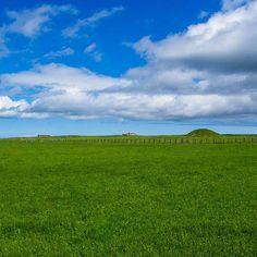 Une des merveilles néolithique des îles Orcades : Maeshowe et sa chambre funéraire.