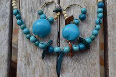 """Parure """"Le bleu de la mer"""" avec graines lumbang, chips coco, perles en bois…"""