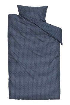 Komplet pościeli: Pościel z cienkiej bawełny we wzorzyste nadruki. Zapięcie u dołu na kryte, metalowe zatrzaski. Jedna poszewka na poduszkę. Przędza 30s, gęstość 144.