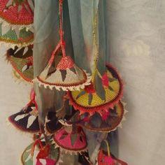 charms ~ Colors that speak Spanish Crochet Stitches Patterns, Crochet Motif, Knit Crochet, Folklore, Fibre And Fabric, Passementerie, Button Flowers, Fabric Manipulation, Textile Art