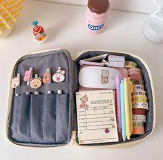 School Accessories, Kawaii Accessories, Bear Makeup, Aesthetic Bags, Cool School Supplies, Cute Stationary, Cute Bags, Bag Organization, Large Bags