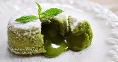 If you are interested in the health benefits of matcha tea, but don't enjoy hot drinks, why not make a smoothie? Here are 4 matcha green tea smoothies to try. Green Tea Dessert, Matcha Dessert, Matcha Cake, Green Tea Recipes, Sweet Recipes, Easy Recipes, Desserts Français, Dessert Recipes, Lava Cake Recipes