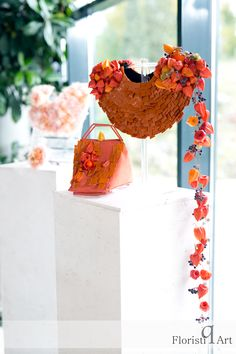 Leather and flowers! This is all you need for a modern and fresh floral accessory! Wedding Centerpieces, Floral, Modern, Flowers, Fresh, Design, Leather, Wedding Table Centrepieces, Trendy Tree