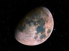 Aunque pueda parecer extraño, hay quien cree que, en realidad, la Luna es más colorida de lo que la vemos por las noches... ¿Qué tiene de cierta esa afirmación? ¿cuál es el color real de la Luna? #astronomia #ciencia