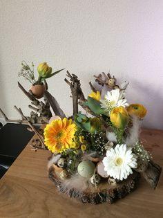 Mini narcissen opgemaakt op een houten boomschijf met for Boomschijven decoratie