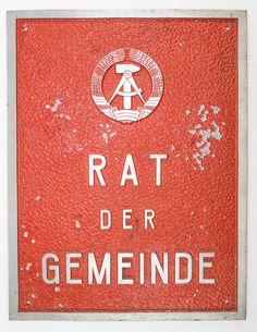 """DDR Museum - Museum: Objektdatenbank - """"Schild Rat der Gemeinde"""" Copyright: DDR Museum, Berlin. Eine kommerzielle Nutzung des Bildes ist nicht erlaubt, but feel free to repin it!"""
