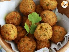 Falafels are little chick pea balls, a healthy starter for an oriental meal! - Recipe Starter : Falafel, a quick and easy recipe by PetitChef_Official Falafels, Vegan Fried Chicken, Baking Soda And Lemon, Baked Potato Recipes, Healthy Brunch, Quick Easy Meals, Quick Recipes, Food And Drink, Veggies