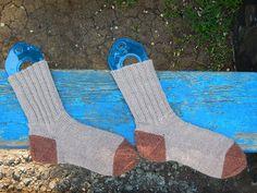 Носки, связанные сверху вниз с пяткой задним числом (ввязывается последней, когда весь остальной носок уже готов)