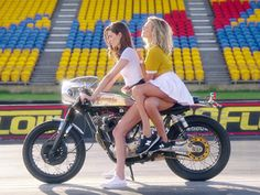 Epic Moto Video - The Seeker featuring Pol Tarrés - The Bullitt Lady Biker, Biker Girl, Girl Motorcycle, Sweet Girls, Hot Girls, Harley Davidson Forum, Bobber Custom, Custom Motorcycles, Moto Cafe