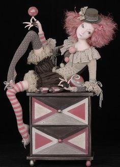 Ну что, снова куклы. Открыла свой загашничек, посмотрела, получила удовольствие и решила, что сегодня будут вот эти, интересные работы Тамары Пивнюк. Вот только их…