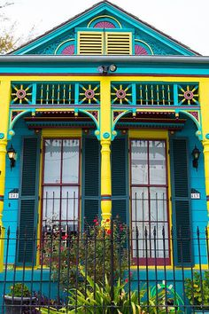 A medley of vibrant shades highlight the Victorian architecture of this Louisiana home - Decoration Exterior Color Schemes, Design Exterior, House Color Schemes, Exterior House Colors, Exterior Paint, Colour Architecture, Victorian Architecture, Painted Lady House, Colourful Buildings