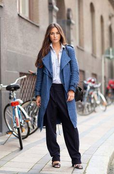 ブルーのガウントレンチコートとワイドパンツ☆ガウントレンチコートのコーデ、スタイル・ファッションの着こなし♪