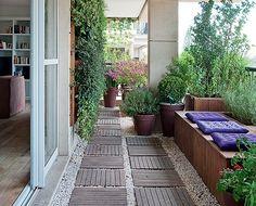 Uma das possibilidades da varanda é fazer um jardim. O paisagista Roberto Riscala usou caixas para colocar as plantas no apartamento.