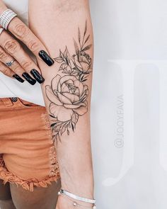 ❗️Guestings - T a t t o o - Tattoo Designs for Women Armbeugen Tattoos, Mini Tattoos, Rose Tattoos, Flower Tattoos, Body Art Tattoos, Anklet Tattoos, Tattoo Art, Forearm Flower Tattoo, Small Forearm Tattoos