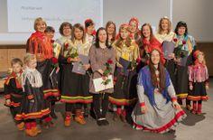 Ensimmäisellä SAKK:ssa järjestetyllä lukuvuoden mittaisella inarinsaamen kielen ja kulttuurin linjalla oli 13 opiskelijaa. Ison urakan jälkeen on helppo hymyillä. Kuva: Sámi oahpahusguovddáža blogi