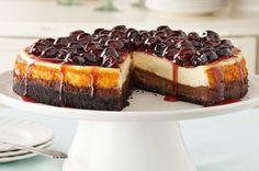 Cheesecake de base oscura con glaseado de cerezas
