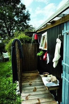 Outdoor shower - our board walk could run right through the large outdoor shower so we dont have to walk around? Outdoor Lounge, Outdoor Living, Outdoor Decor, Summer Sheds, Outdoor Baths, Outdoor Showers, Cool Sheds, Deck Fireplace, Swedish Cottage