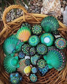 Give the green light 💚to you creativity 😁 Btw, whta's your favorite color?😉 Loving this artwork by 👍 ⠀ ⠀ ⠀ Seashell Painting, Dot Art Painting, Rock Painting Designs, Seashell Art, Mandala Painting, Seashell Crafts, Beach Crafts, Stone Painting, Seashell Projects