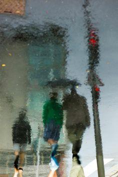 Rain reflection photos by Manuel Plantin - Yodamanu Walking In The Rain, Singing In The Rain, Saul Leiter, Umbrella Photography, Street Photography, Leica Photography, Tumblr Rain, Art Magique, Reflection Photos