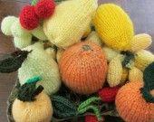 Compotier formé d'un ensemble de huit fruits en tricot pour dinette ou pour décoration. C'est un compotier de fruit, rassemblant huit fruits différents que je vends dans ma boutique;à vous de créer votre propre compotier,il vous suffit de choisir 8 fruits dans la collection,de faire votre marché et je vous les enverrais avec plaisir.