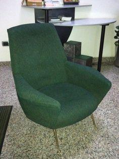 Poltroncina anni '50/'60 rivestita in ciniglia verde/blu melange con piedini conici in ottone.