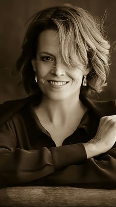 Famous Portraits, Studio Portraits, Sigourney Weaver Ghostbusters, Beautiful Women Pictures, Beautiful People, Aliens Movie, Pretty Females, Hollywood, Character Portraits