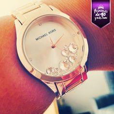 Los relojes dorados están muy de moda y este me encantó #PrincesasDe40 #style #fashion