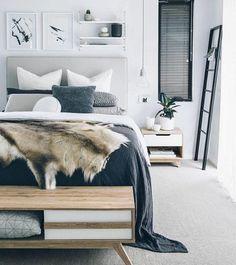 lit en bois, couverture de lit fourrure, des accents gris dans une chambre à coucher blanche, ambiance scandinave