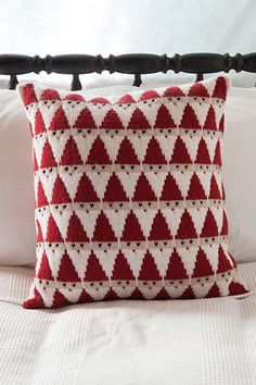 This knit Santa pillow from Knit Picks is totally adorable and looks like it would be a really fun color knitting project. The triangular Santas stack on top of each other into a fun allover pattern t Knitting Blogs, Loom Knitting, Knitting Projects, Christmas Cushions, Christmas Pillow, Christmas Knitting Patterns, Crochet Patterns, Knit Crochet, Ideas