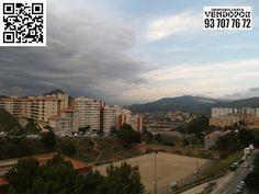 Vista desde el Nord Este en un día nublado de Can Cuiàs o Santa Elvira de Montcada i Reixac de Barcelona