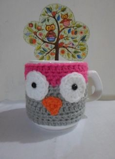 Cubre tazas | El Pollito Pío | Feria Central Crochet Coffee Cozy, Crochet Cozy, Crochet Gifts, Diy Projects To Try, Crochet Projects, Craft Projects, Mug Cozy Pattern, Owl Coffee, Coffee Mugs
