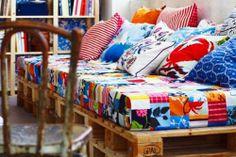 Möbel aus Holz Paletten – 46 einzigartige Tipps für Sie - möbel holzpaletten schlafzimmer bettrahmen kissen