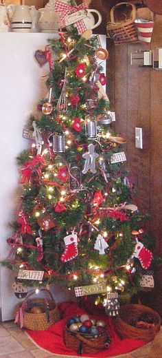 Someday I will have a kitchen Christmas tree decorated with gingerbread men & holiday cookies :)