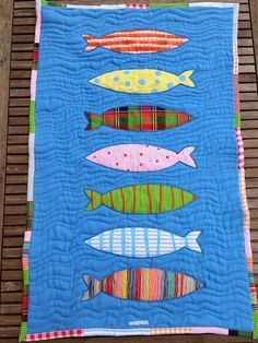 Tapis poissons multicolores via  Leo et Leonie  . Click on the image to see more!
