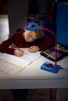 Het koele, witte licht van deze duurzame en valbestendige bureaulamp van Philips en Marvel is ideaal voor concentratie tijdens het lezen of het maken van huiswerk. De lamp is eenvoudig in te schakelen en dankzij de flexibele hals de ideale bureaulamp voor kinderen.