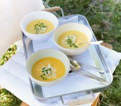 Diese schaumige Suppe mit Kürbis und Linsen wird mit der originellen Käserosette zu einer speziell feinen Vorspeise.