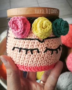 huepiltejidos Eternamente Frida  #crochet #mate #mates #decoracion #deco… Crochet Coffee Cozy, Crochet Cozy, Love Crochet, Crochet Gifts, Crochet Yarn, Crochet Home Decor, Crochet Projects, Crochet Patterns, Shell