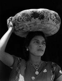 Tina Modotti. Mujer llevando una jícara yecapixtle, Tehuantepec. (1929) México