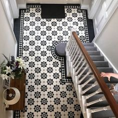 london mosaic supply beautiful period style floor tiles that are available in a sheeted format pavimento Patio Interior, Home Interior Design, Flur Design, Tiled Hallway, Decoration Entree, Linoleum Flooring, Painting Linoleum, Stenciled Floor, Bookshelf Styling