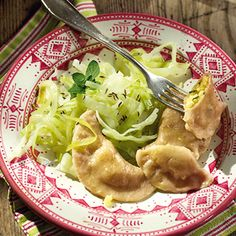 Schlupfkrapfen mit Käsefüllung und Kümmelkraut Kraut, Dumplings, Risotto, Cabbage, Food And Drink, Healthy Eating, Pizza, Chicken, Vegetables