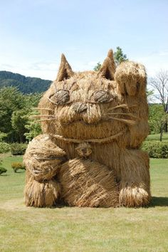 Annual Straw Art Festival in Japan - Maneki Neko 2015 Since students at the Musashino Art University in Tokyo have ventured to Kamizeki Lagoon Park in Niigata City, Japan to erect huge. Maneki Neko, Crazy Cat Lady, Crazy Cats, I Love Cats, Cool Cats, Art Bizarre, Straw Sculpture, Festival D'art, Straw Art
