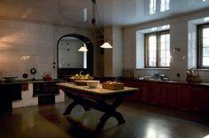 helkaklad vägg (vitt kvadratiskt) som här i Hallwyllskas kök! trärena skåpluckor och mini-skomakarlampa på väggen, fint