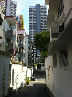 Art deco meets modern skyscraper in the back lanes of Tiong Bahru. Find out more on our website: http://www.suitcasesandstrollers.com/articles/view/free-things-to-do-in-singapore-with-kids?l=all #GoogleUs #suitcasesandstrollers #travel #travelwithkids #familytravel #familyholidays #familyvacations #traveltips #Singapore #urbanplanning #buildings #TiongBahru