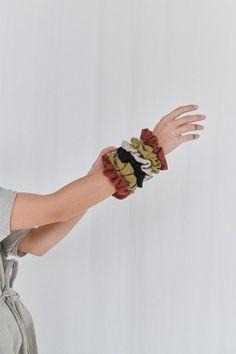 Linen scrunchie  cravate de cheveux en lin  scrunchies de image 4 Crown Hairstyles, Ponytail Hairstyles, Scrunchies, Velvet Scrunchie, Accesorios Casual, Poses For Photos, Wrinkle Remover, Hair Images, Hair Photo