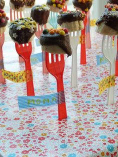 I love this idea for any bite-size app/dessert. (But nix the plastic forks, if… Birthday Treats, Party Treats, Birthday Parties, Healthy Treats, Healthy Kids, Little Presents, Food Humor, Cute Food, Funny Food
