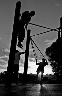 El vapor después de 53 horas de lluvia. @ Bondi Beach, Australia. #bars #monkeybars #outdoorgym #strong #fit #fitness #workout #workingout #bar #sunset #sydney #mauriciomar #photography #travel #atardecer #ejercicio #exercise #blakandwhite #movement #movimiento #blancoynegro #barras #enforma