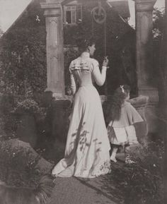 Princess Victoria Melita, Grand Duchess of Hesse and her daughter, Princess Elisabeth of Hesse. Princess Alice, Princess Elizabeth, Princess Victoria, Queen Victoria Family Tree, Olga Romanov, Grand Duchess Olga, Grand Duke, Gibson Girl, History Photos